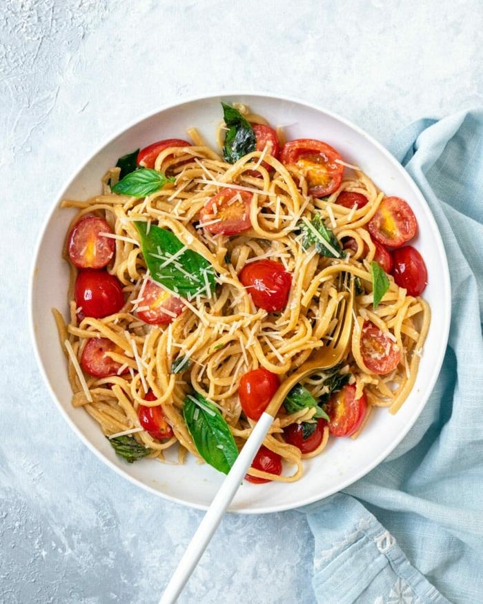 schnelle gerichte mit nudeln noodles mit tomaten basilikum und parmesan einfache zubereitung