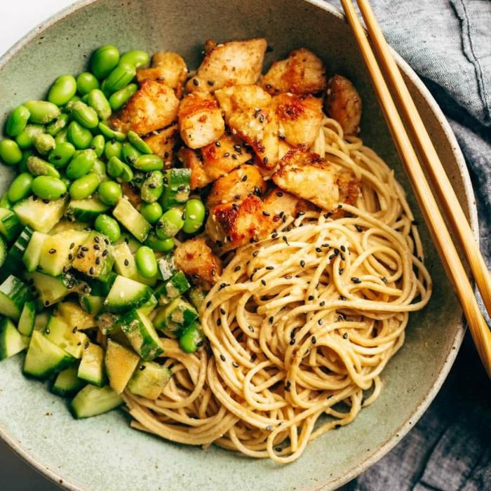 schnelle gerichte mit nudeln npoodles mit grünen bohnen gurke und hähnchenfleisch was koche ich heute