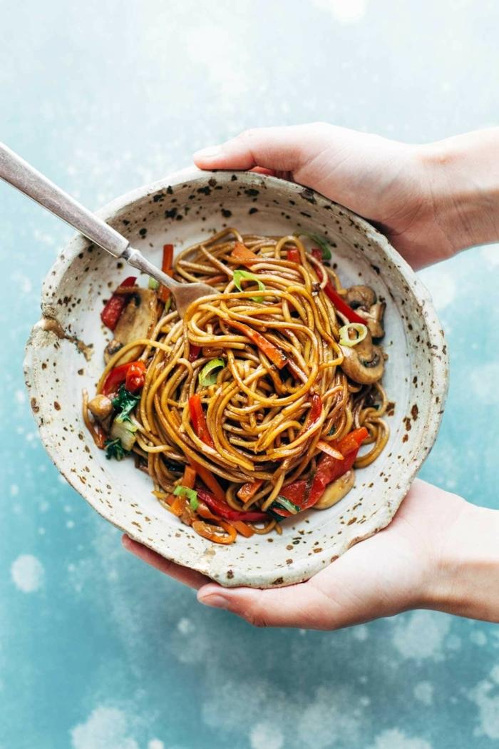schnelle gerichte mit nudeln pasta rezept mit paprikas und pilzen mittagessen einfach lecker