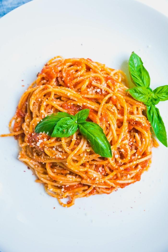 schnelle gerichte mit nudeln spaghetti mit frischen tomaten und basilikum was kann ich heute kochen