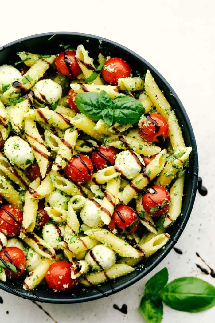 schnelle leichte pasta rezepte zum ausprobieren abednessen gesund und lecker caprese salat zubereitungsweise