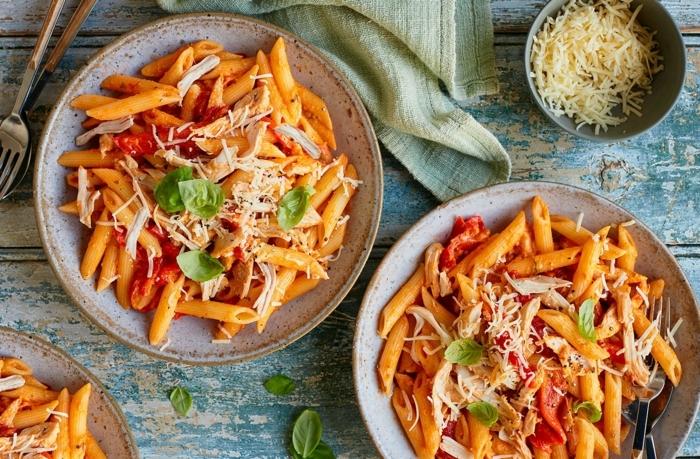 schnelle pasta rezepte leckeres gericht mit paprikas tomaten parmesan und basilikum abendessen einfach