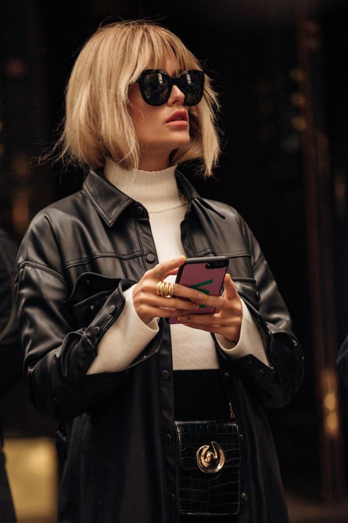 schwarze leder jacke elegante dame schickes outfit blonde haare frisuren bob kurz mit pony weiße bluse