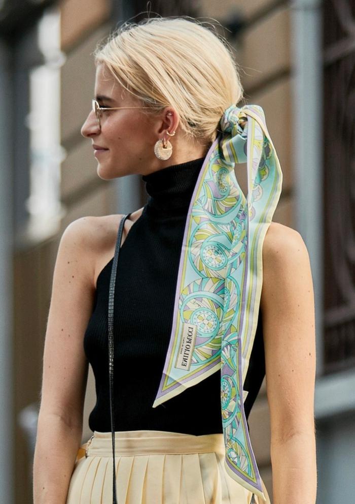 schwarze-rollkragenbluse-ärmellos-beige-hosen-haaraccessoire-schal-frisuren-2020-damen-ideen-inspiration-caro-daur-street-style