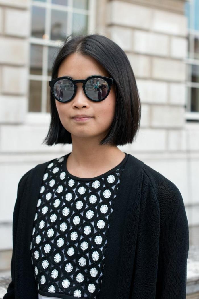 schwarze sonnenbrillen kurzhaarfrisuren damne inspo elegantes outfit schwarzes kleid mit weißen punkten schwarze kurze haare