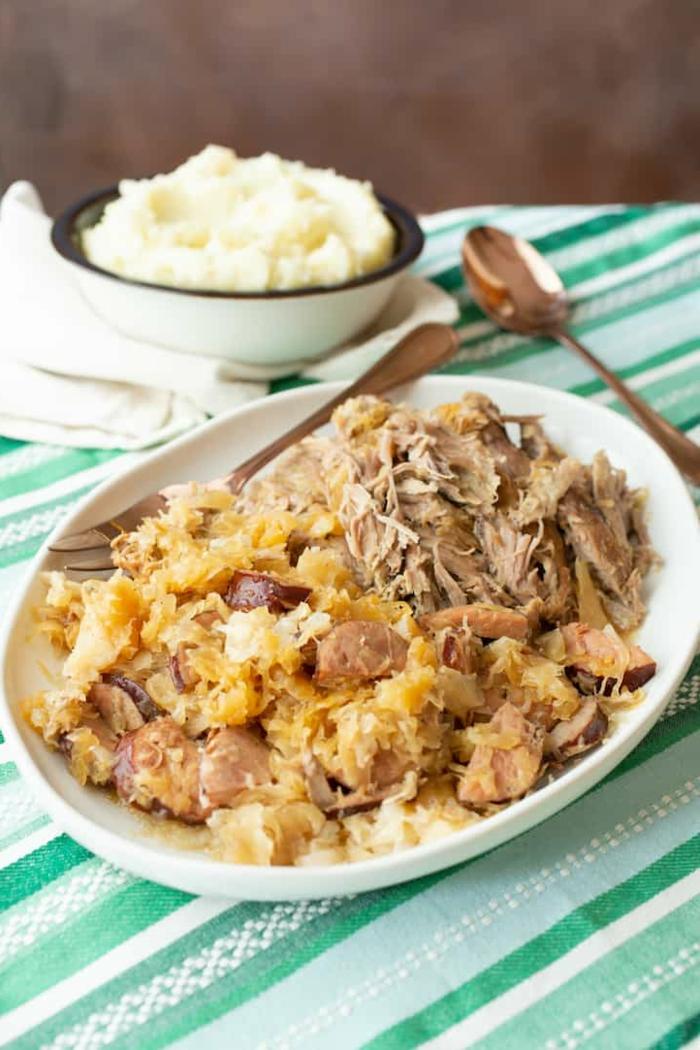 schweinefleisch gerichte mit sauerkraut zubereiten leckeres abendessen machen mit kartoffeln grüne tischdecke