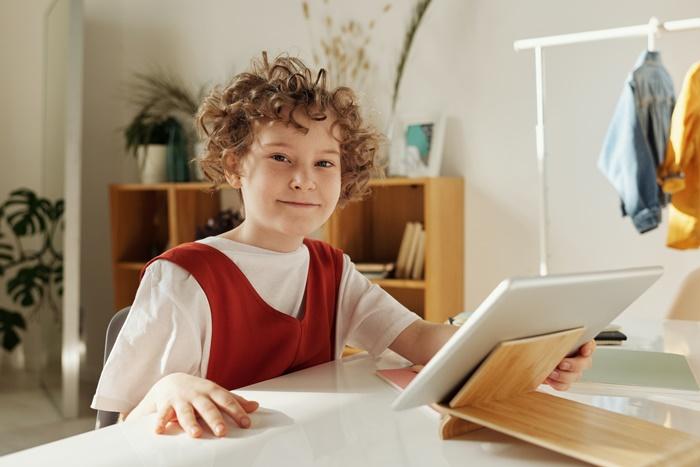 sozialkompetenzen beim fernunterricht bilden kleines kind lernen zuhause