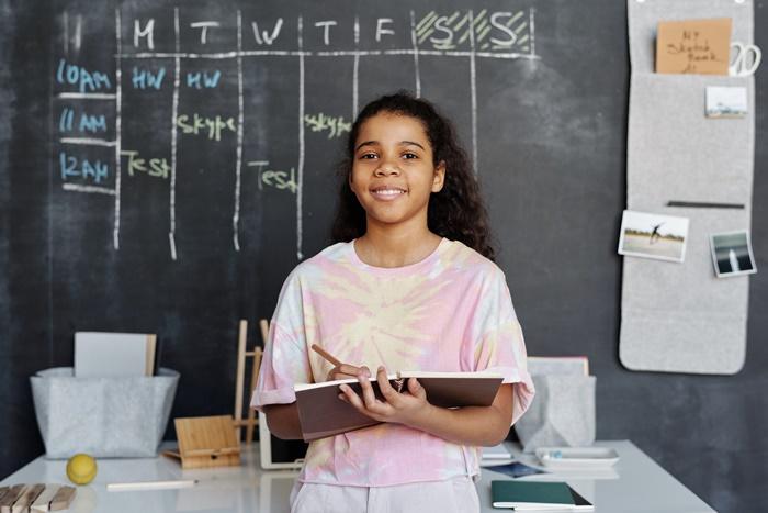sozialkompetenzen beim fernunterricht projekte planen kleines mädchen schülerin