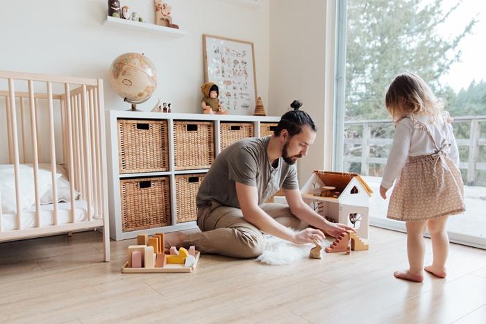 staubsauger auswählen baby und vater kinderzimmer reinigen zusammen spielen tipps zur staubsaugerauswahl