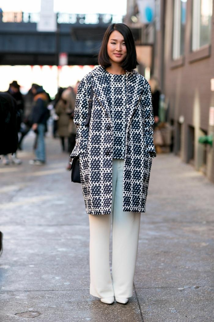 street style inspiration outfit weiße hose schwarzer mantel frisurentrend dame frisuren bob kurz schwarze kurzhaarfrisuren ideen eleganter stil