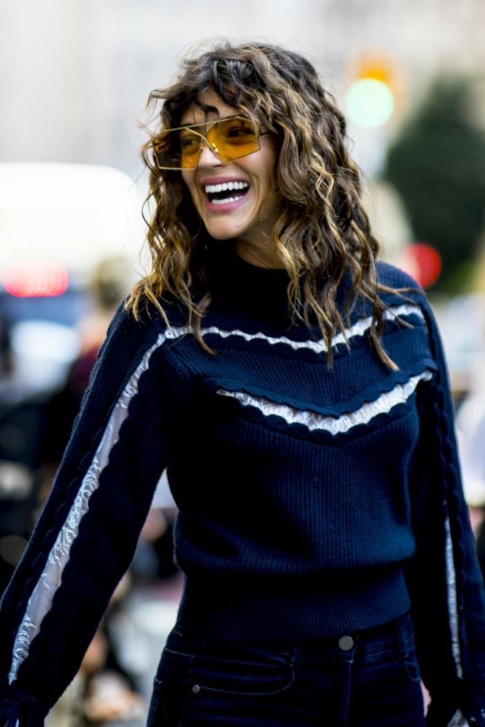 street style inspo casual outfit frisuren 2020 damen mittellang mit pony locken blauer pullover gelbe sonnenbrillen
