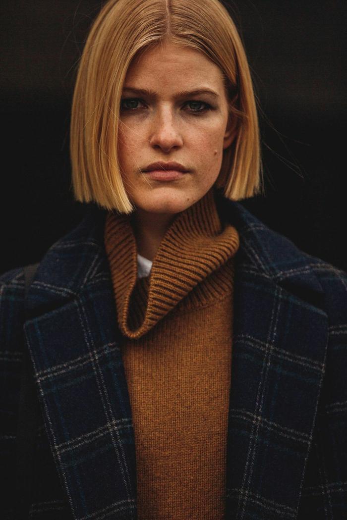 stylisches outfit inspiration rollkragen pullover braun dunkler mantel hellblonde haare long bob frisuren 2020