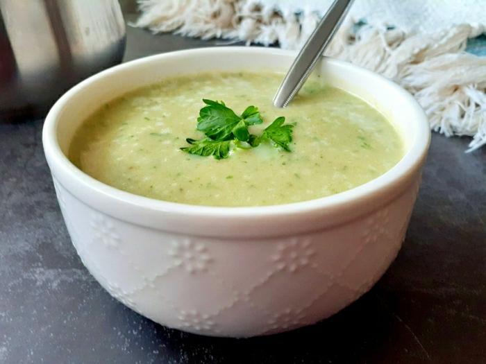 suppe mit frischen petersilien blättern das immunsystem stärken ein löffel eine grüne suppe