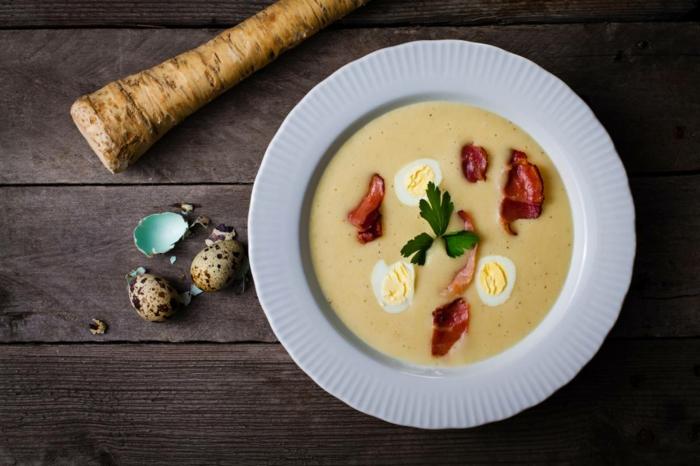suppe mit speck und zwei eiern und petersilie ein tisch aus holz meerrettich rezept