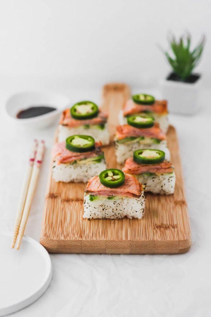 sushi mit lachs häppchen mit reis fisch und gemüse leckeres partyessen