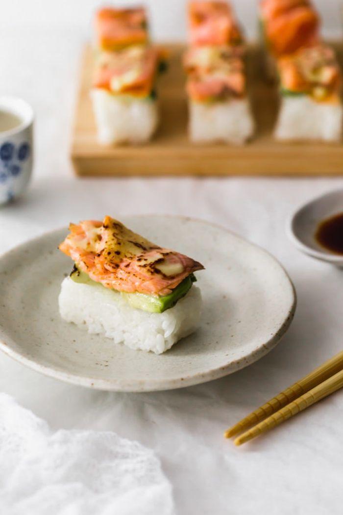 sushi mit lachs partyessen ideen häppchen partyfood fingerfood mit reis firsch und gemüse