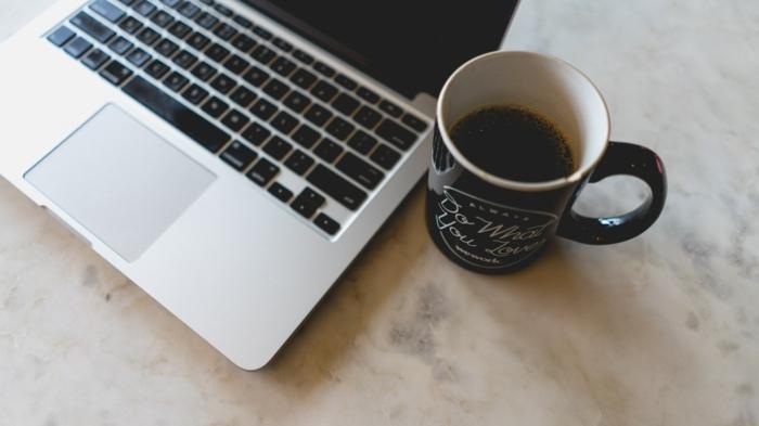 tasse mit kaffee macbook laptop büroeinrichtung inspiration ideen minimalistisch büro einrichten