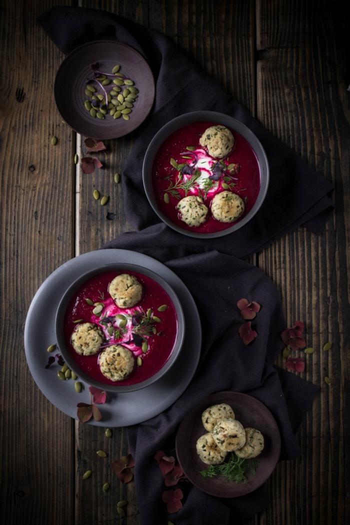 tisch aus holz eine graue schüssel mit suppe mit roter beete und meerrettch immunsystem stärken