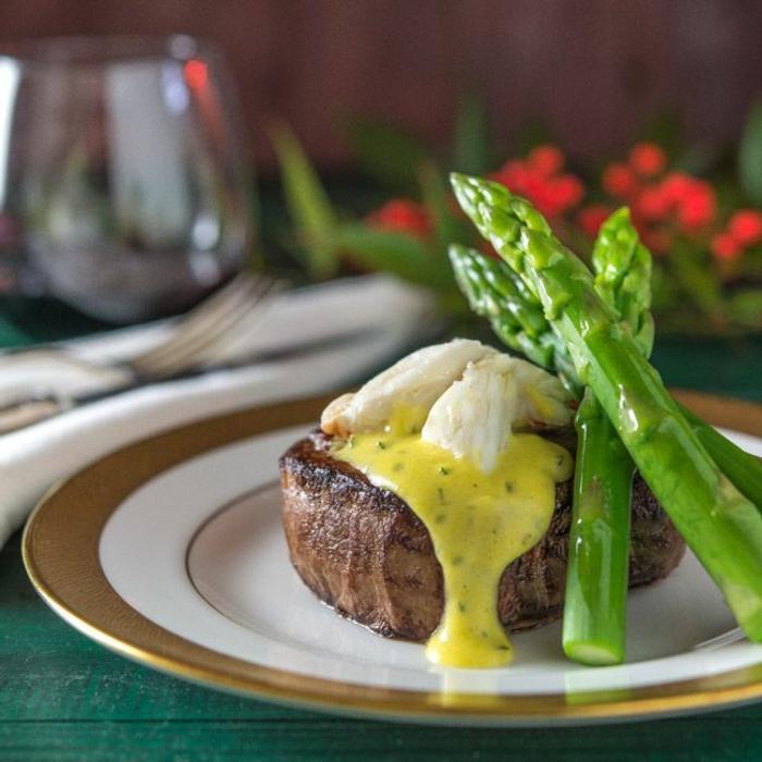 traditionelles weihnachtsessen schnelles essen für heiligabend steak oscars mit spargel goldene teller