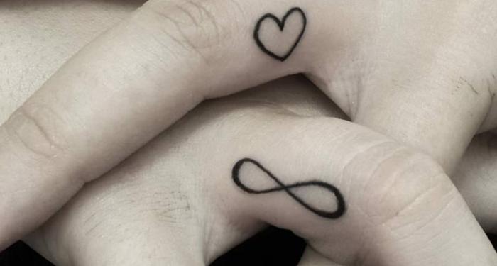 unendlichkeit tattoo ideen herz tattoo am finger zwei hände mit tätowierungen minimalistische designs