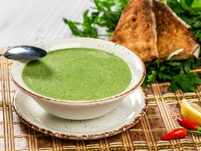 vegane suppe selber machen petersilienwurzelsuppe rezept paprika und brot ein löffel