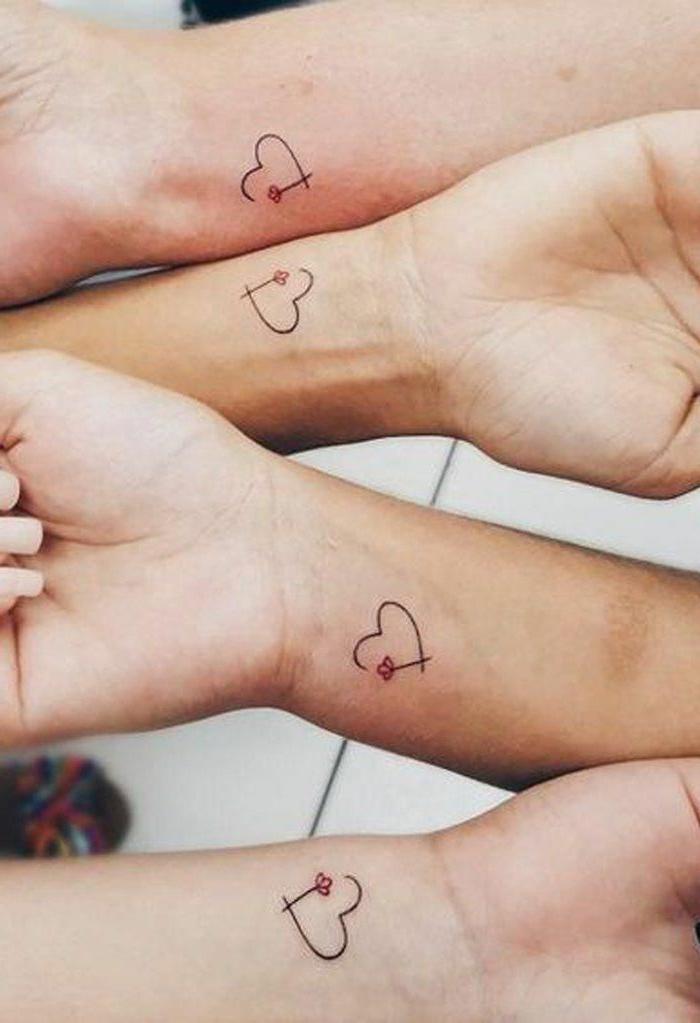 vier tätowierte hände bedeutung tattoo motive klein herzen mit roter blume tätowierungen frauen ideen