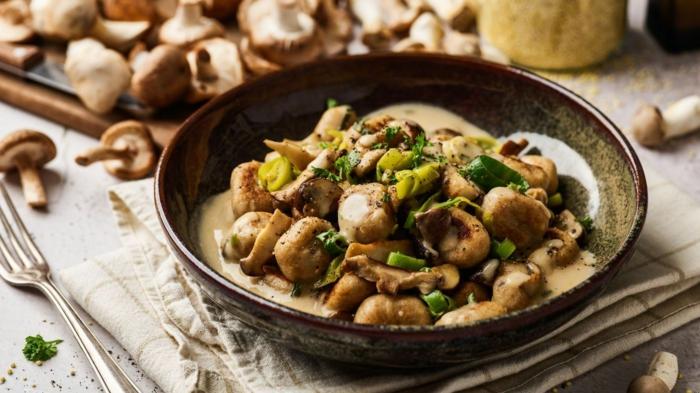 vollkorn gnocchi gnocchi gerichte vegan gnocchi mit hirse kartoffeln pilzen lauch kremige soße schüssel gnocchi teig