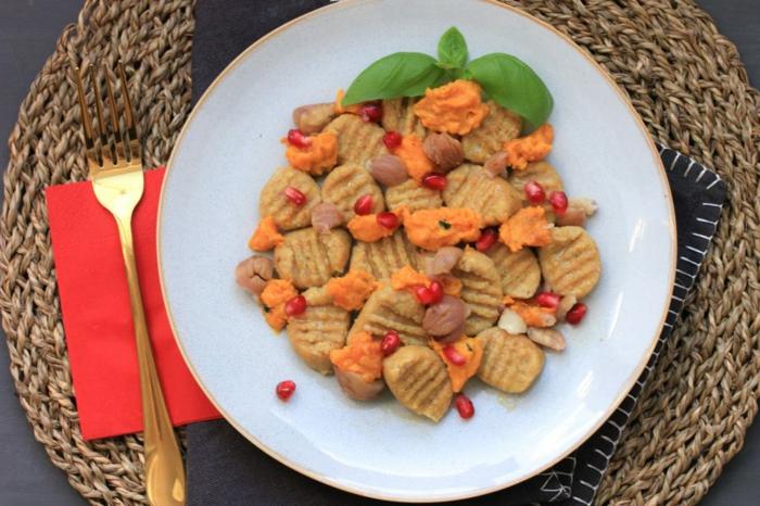 vollkorn gnocchi original italienische gnocchi selber machen mit kürbis maroni granatapfel rezept gnocchi teller und goldenem gabel