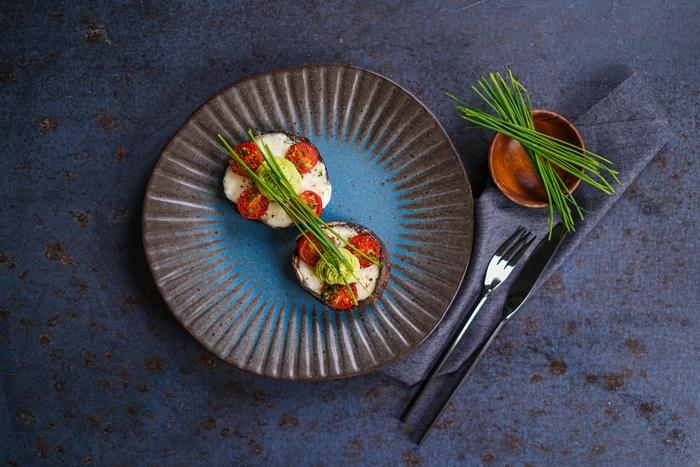 vorspeise für weihnachten gefüllte portobellopilze mit mozzarella und cherry tomaten