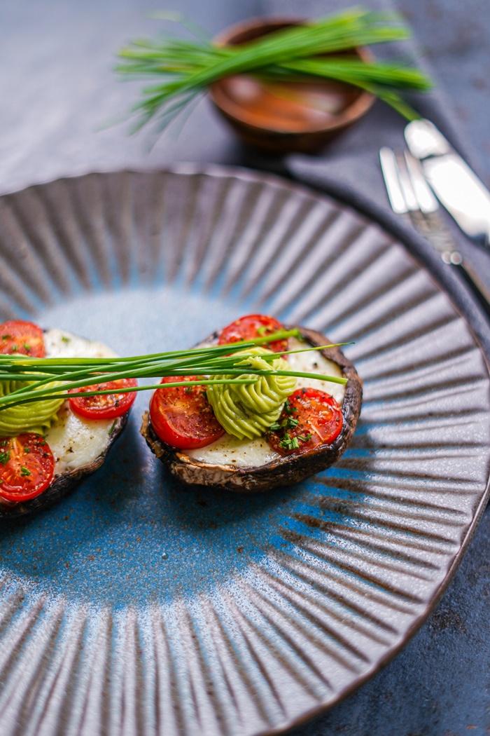 vorspeise für weihnachten portobello pilze gefüllt mit cherry tomaten und mini mozzarella