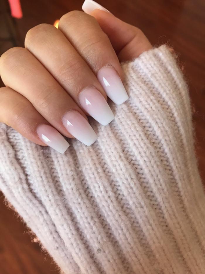 weißer pullover dame elegante maniküre minimalistisch inspiration schöne gelnägel weiß pinker nagellack inspo