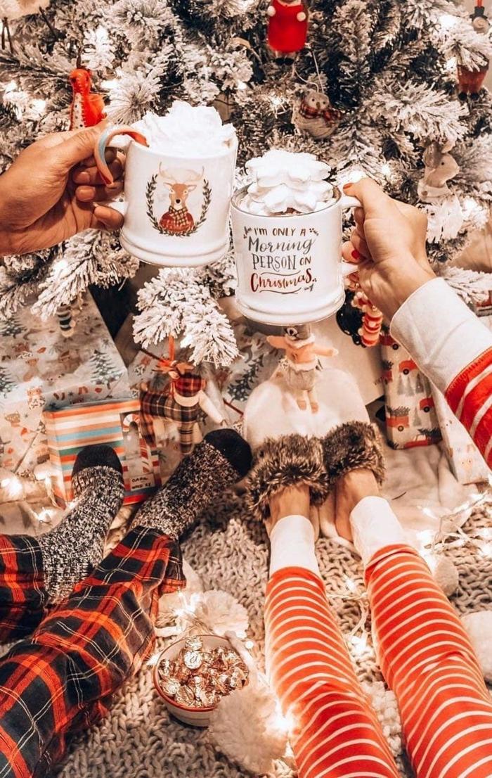 weißer weihnachtsbaum frauen trinken weihnachtsgetränke in weiße tassen christmas wallpaper hd hintergrundbilder weihnachten