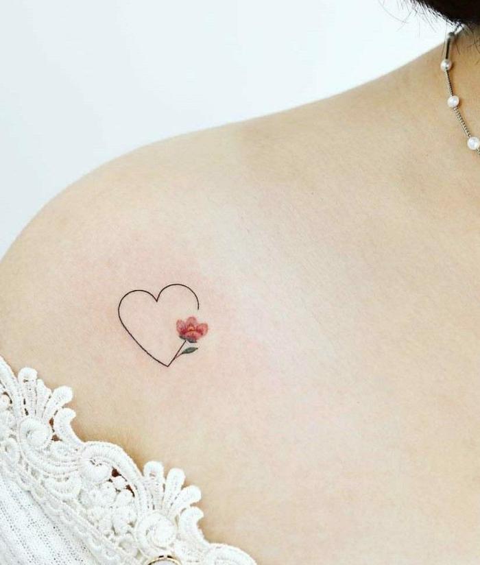 weißes spitzenkleid tätowierung am schulter frauen tattoo ideen kleines herz mit roter blume