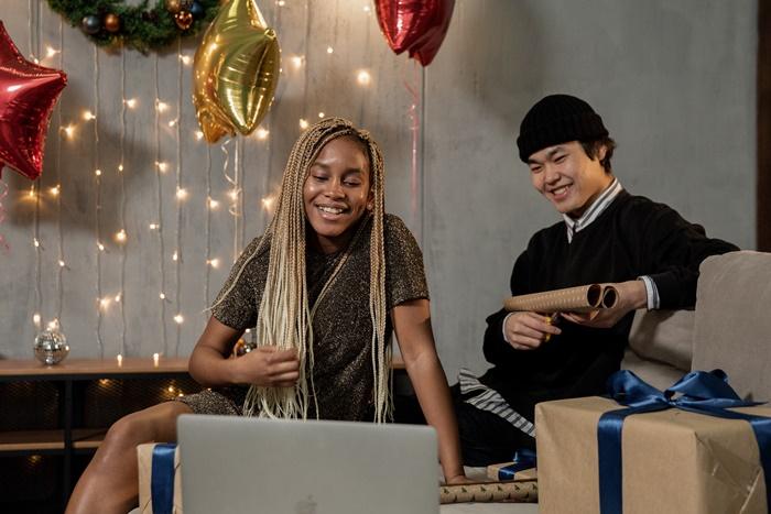 weihnachten im büro in corona weihnachtsparty mann und frau online party