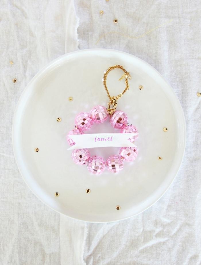 weihnachtsdeko basteln für den tisch tischdeko selber machen moderne deko in rosa und weiß tischnamen sidkobällchen