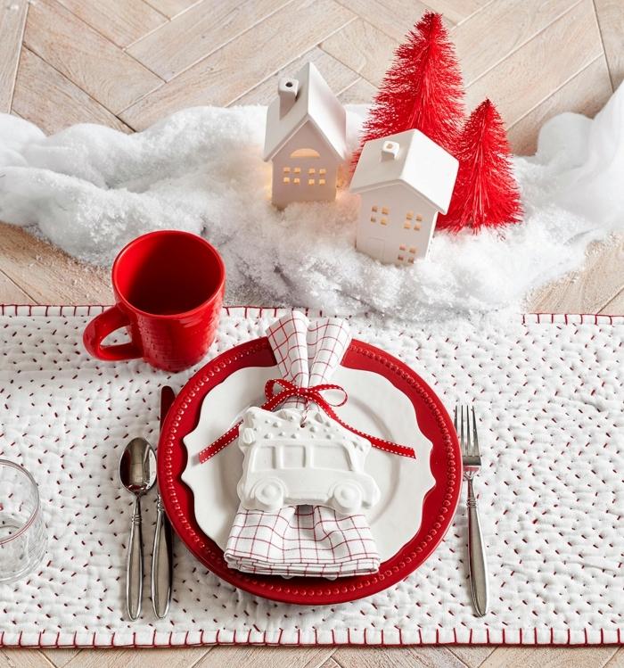 weihnachtsdeko basteln für den tisch tischdeko zu weihanchten in weiß und rot festliche tischdekoration kleine häuschen und tannenbäume