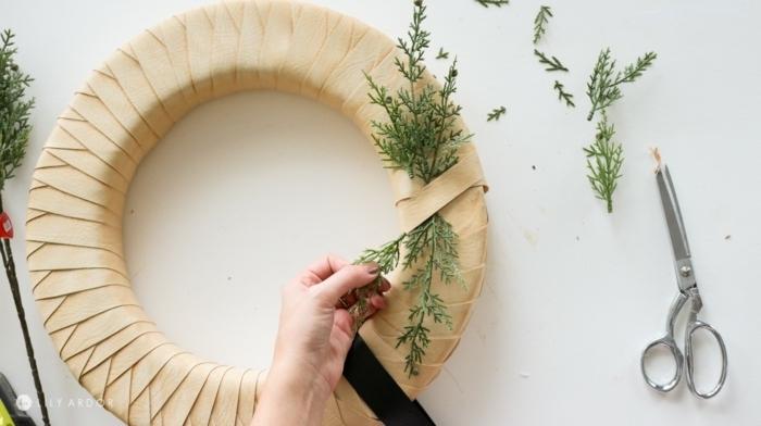 weihnachtsdeko für draussen türkranz aus schaumring und beige seidenshcleife weihanchtskranz basteln schritt für schritt