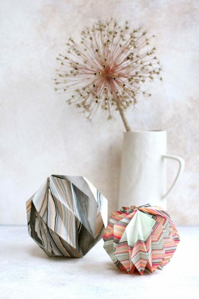 weihnachtsdeko selber basteln origami weihnachtskugeln kugeln aus papier papierkugel in marmor muter