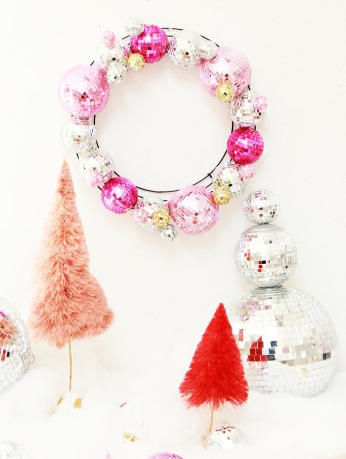 weihnachtsdeko selber basteln weihnachtskranz aus rosa und silbernen diskobällchen diskokugeln wanddeko weihnachten