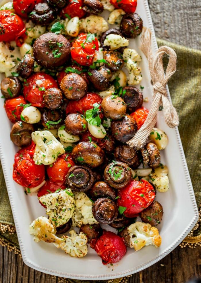 weihnachtsessen stressfrei weihnachtsessen rezepte vegan weihnachtsmenü gebratenes gemüse tomaten pilzen blumenkohl