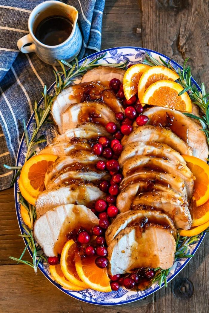 weihnachtsgerichte ideen traditionelles weihnachtsessen roastbeef mitmoosbeeren und orangenscheiben
