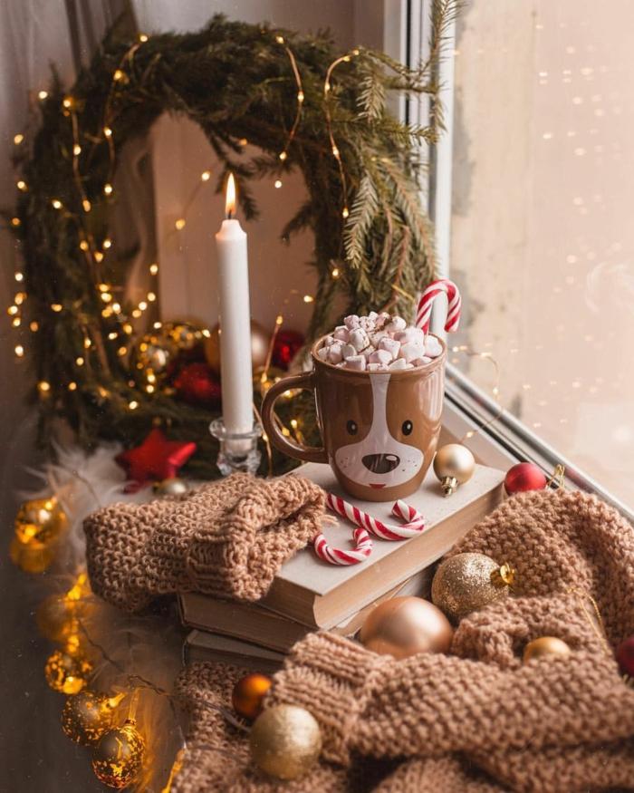 weihnachtskranz dekoriert mit lichtern hintergrundbilder weihnachten kostenlos brennende kerze hellbrauner pullover tasse mit getränk und marshmallows weihnachtskugeln festliche dekoration