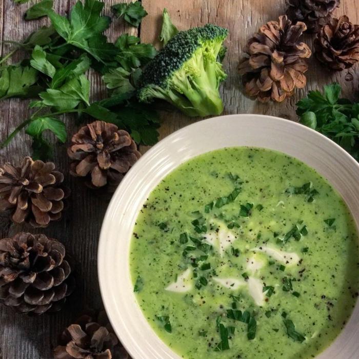 zapfen vegane petersilienwurzelsuppe mit kokosmilch und brokkoli