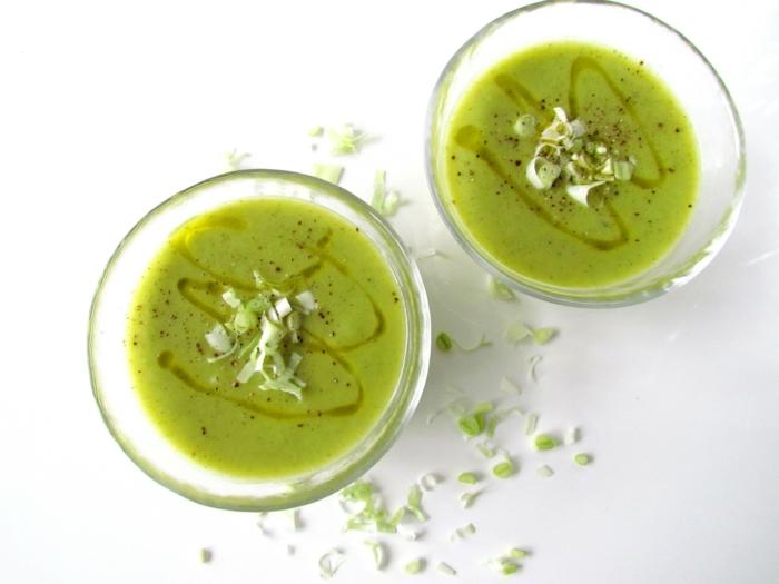 zwei tassen suppe aus petersilliekartoffeln und sahne und gemüsebrühe tassen mit petersiliensuppe