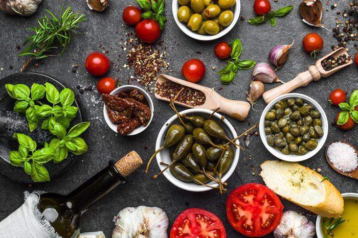 2 gänge menü kochen zu zweit ideen besonderes abendessen rezepzte 2 gänge menü vorspeise frische tomaten jalapeno oliven basilikum