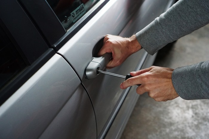24 h schlüsseldienst was berücksichtigen auswählen beauftragung des schlüsseldienstes autotür öffnen mit schraubendreher