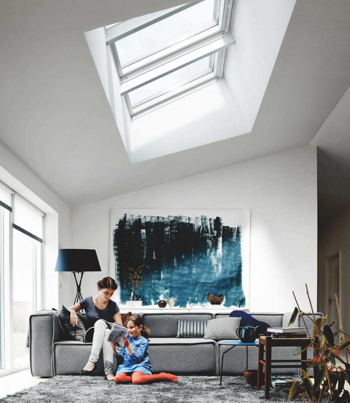 abstraktes gemälde velux dachfenster größen modernes sofa grau wohnzimmer einrichtung inspiration mutter und kind