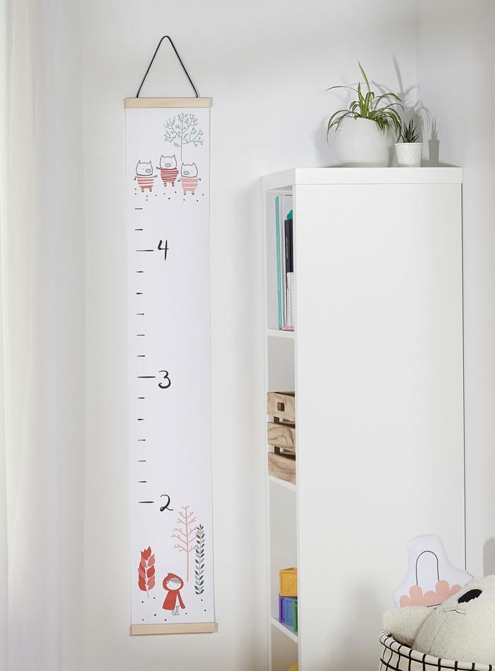 baby zimmer einrichten minimalistisch messlatte kind zum beschriften schrank mit spielzeugen kleine pflanzen