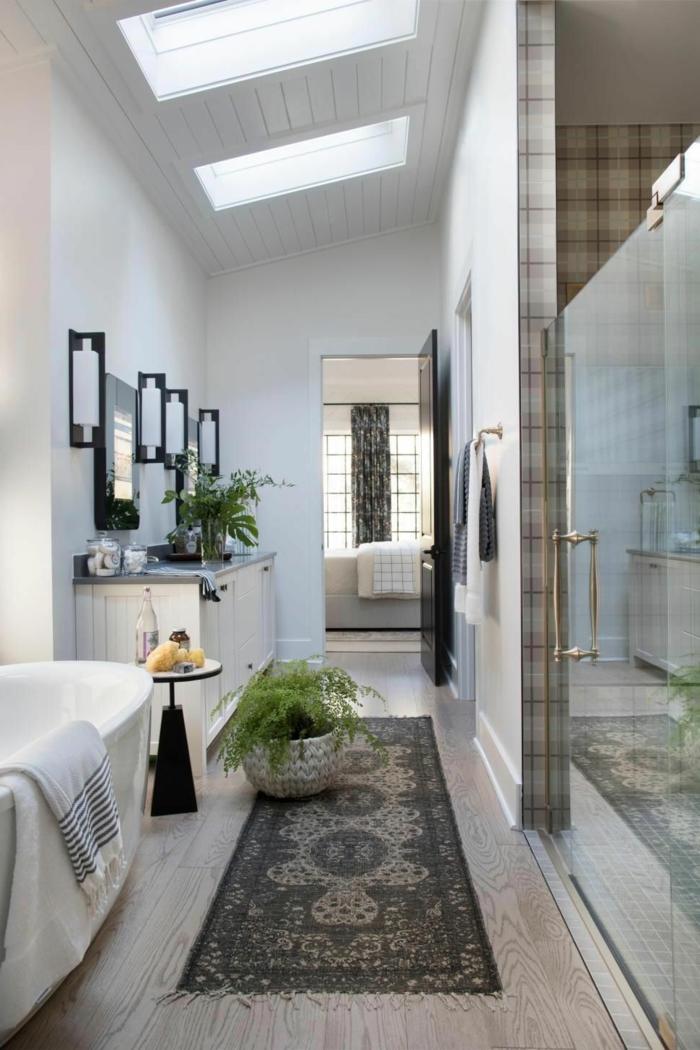 badezimmer mit duschkabine modern velux dachfenster austauschen vintage teppich grüne pflanze dekoration große badewanne