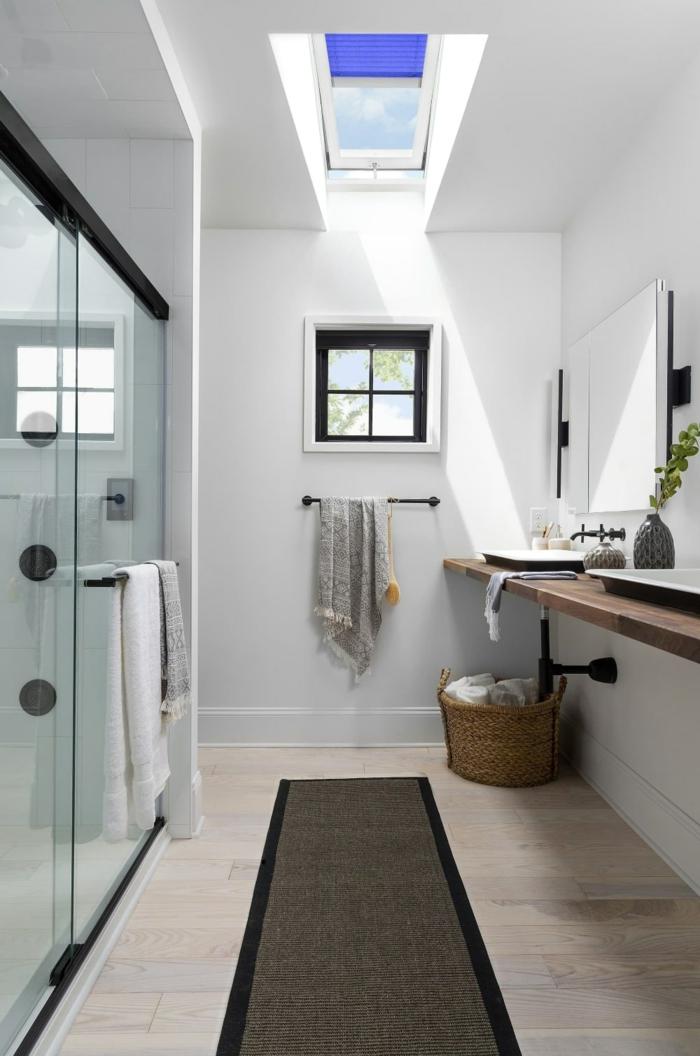 badezimmer mit duschkabine und kleinem fenster velux fenstergrößen schwarzer teppich innenenausstattung klassisch
